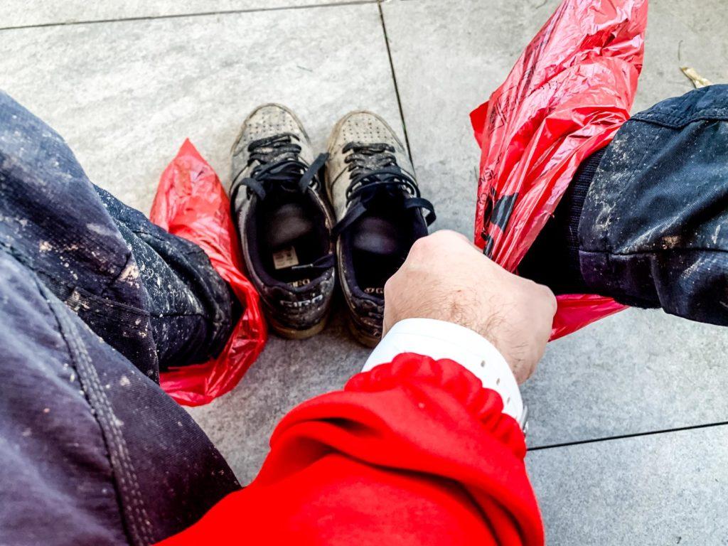 Plastiksäcke in Schuhe
